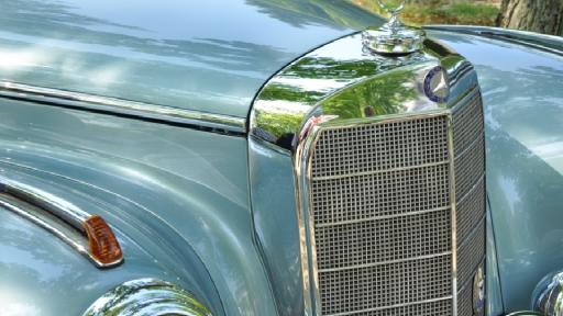 Die Motorhaube eines Autos