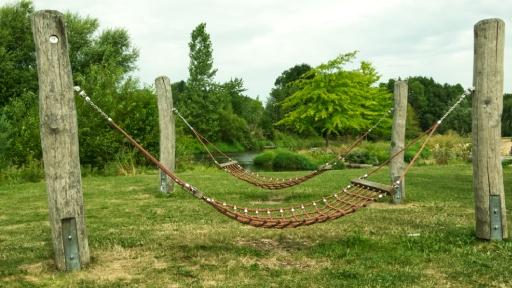 Zwei Hängematten aus Seilen auf einem Spielplatz