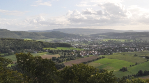 Eine Landschaft mit Bergen, ein Tal mit zwei Städten