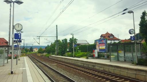 Zwei Uhren an einem Bahnhof zweigen unterschiedliche Uhrzeiten an.