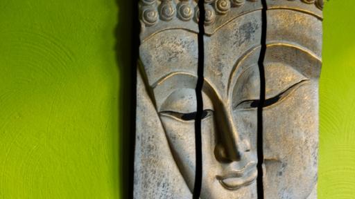 Eine Skulptur: Buddha-Kopf