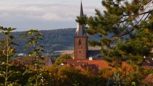 Der Turm der Sankt Marien Kirche in der Altstadt von Lügde
