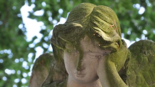 Ein Statue aus Stein die einen Engel zeigt.