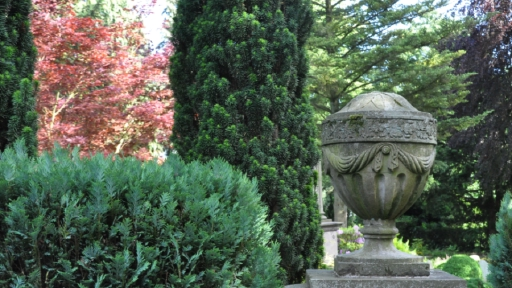 Eine Steinstatue, sie zeigt eine Urne