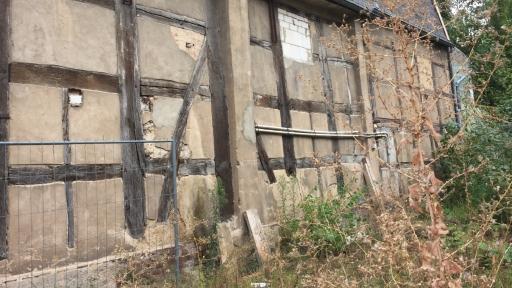 Eine sehr baufällig wirkende Hauswand eines Fachwerkgebäudes