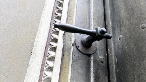 Ein alter Türgriff an einer alten Tür