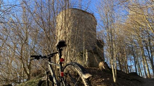 Im Vordergrund ein Fahrrad und im Hintergrund ein Turm.
