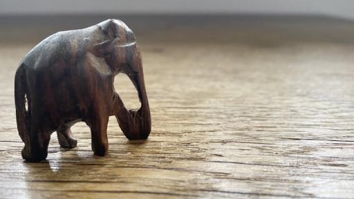 Ein aus Holz geschnitzter, kleiner Elefant