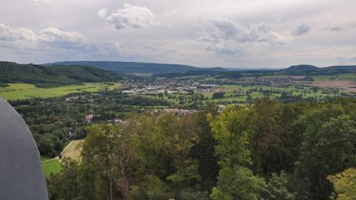 Blick von einem Turm in ein Tal mit einer Stadt.