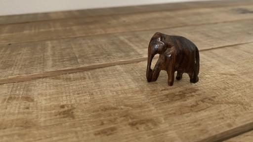 Ein Holz geschnitzer kleiner Elefant.