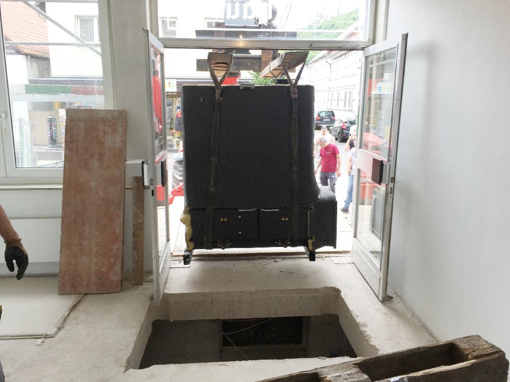Ein riesiger Gabelstapler schiebt die Heizung in den Nebeneingang