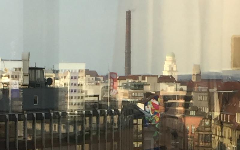 Gebäude durch Fensterglas fotografiert