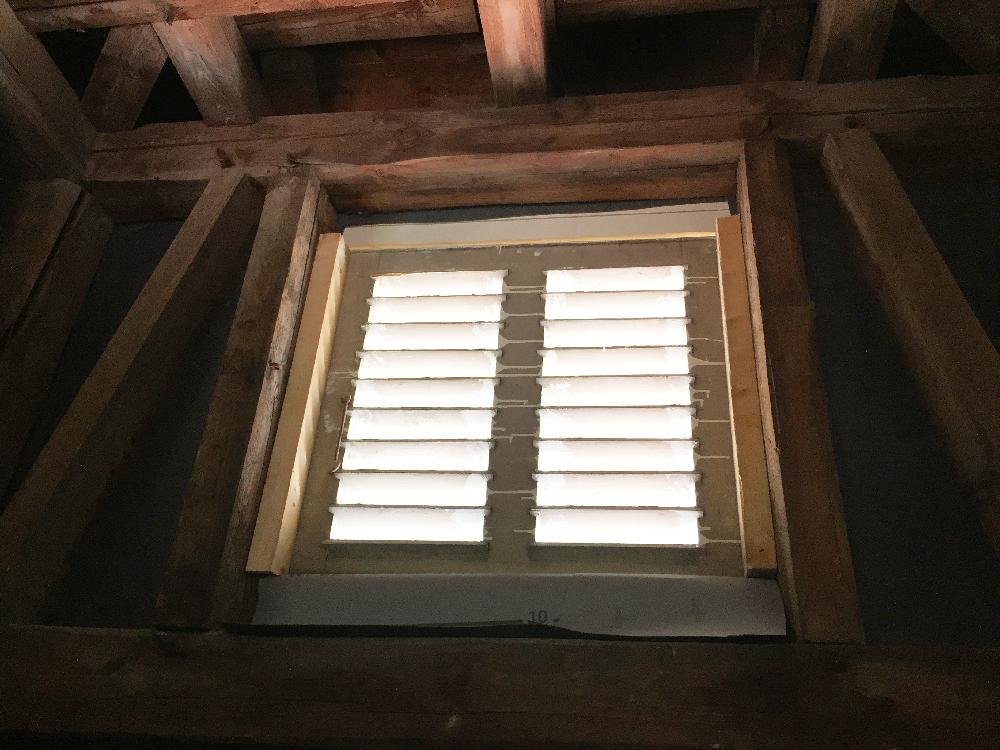 Ein Dachfenster in dem Türmchen auf dem Dach des Rathauses in Lügde
