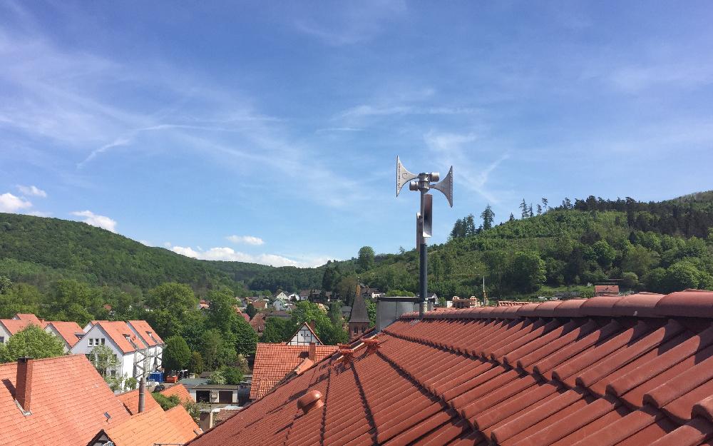 Blick vom Lügder Rathausdach auf umliegende Berge
