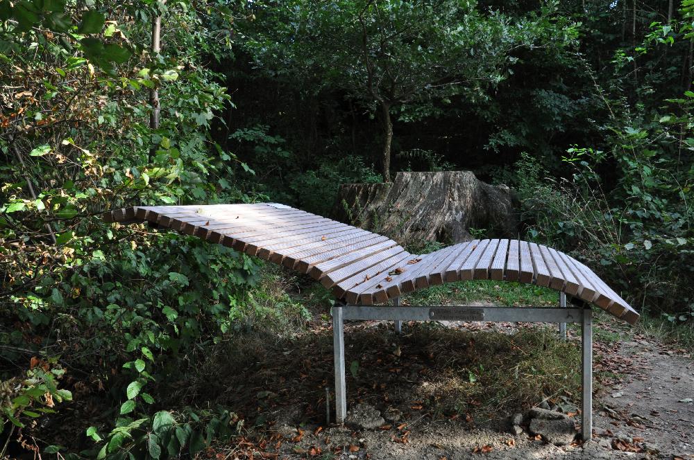 Schwalenberg: Eine Landschaftsliege, eine Bank auf der man fast flach liegen kann.