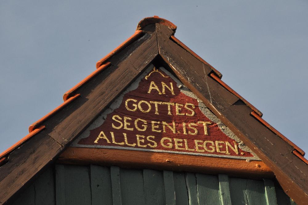Schwalenberg: Ein Fachwerkgiebel mit der Inschrift An Gottes Segen ist alles gelegen.