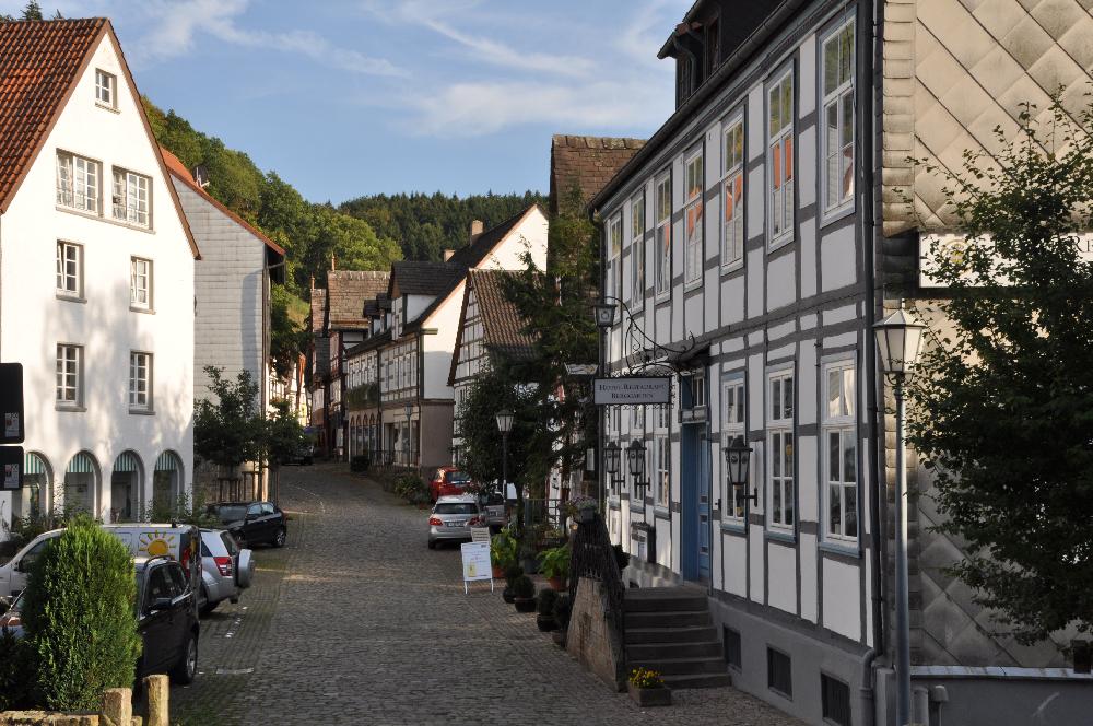 Schwalenberg: Eine kleine Gasse gesäumt von Fachwerkgebäuden
