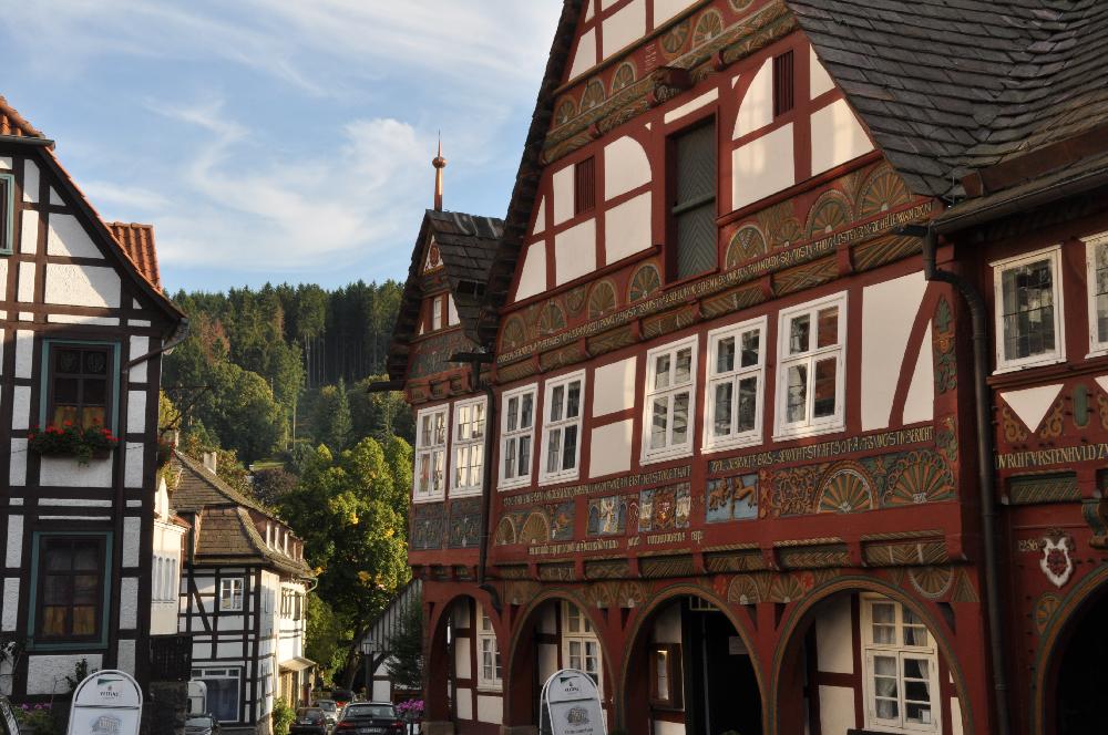 Schwalenberg: Schnitzereien an einer Hausfront