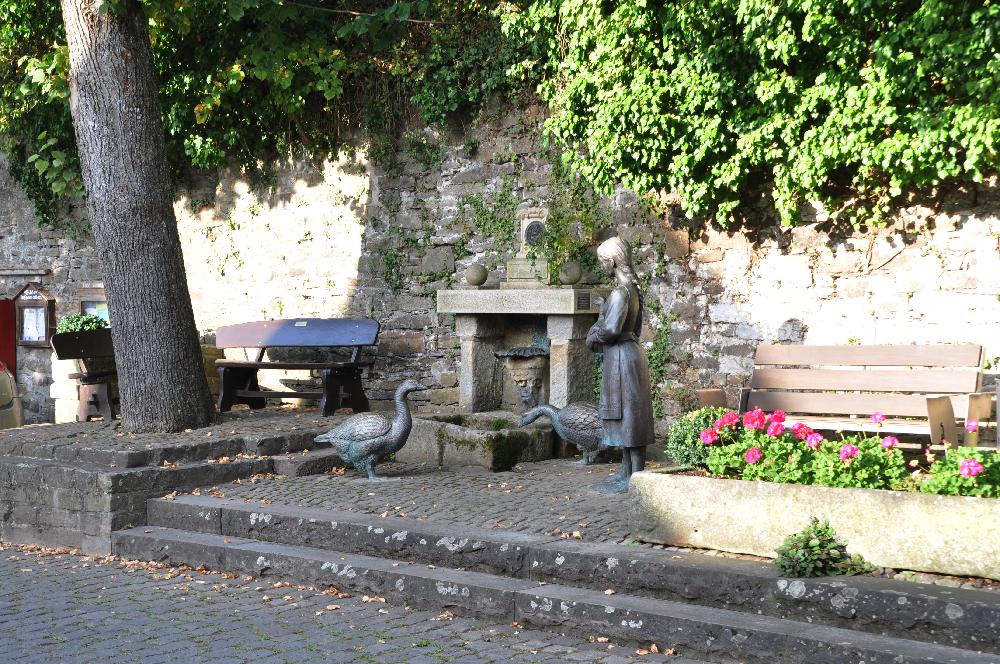 Schwalenberg: Ein Brunnen mit Bronzefiguren