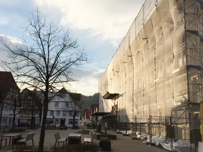 Das Rathaus Lügde ist eingerüstet und verhüllt