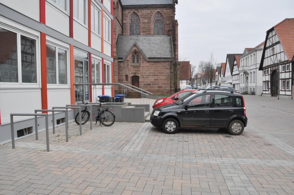 Ein Fahrrad- und eine Autoparkplatz