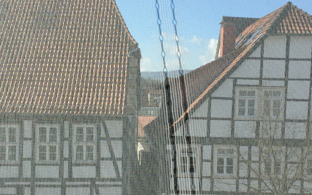 Ein Baunetz vor dem Fenster