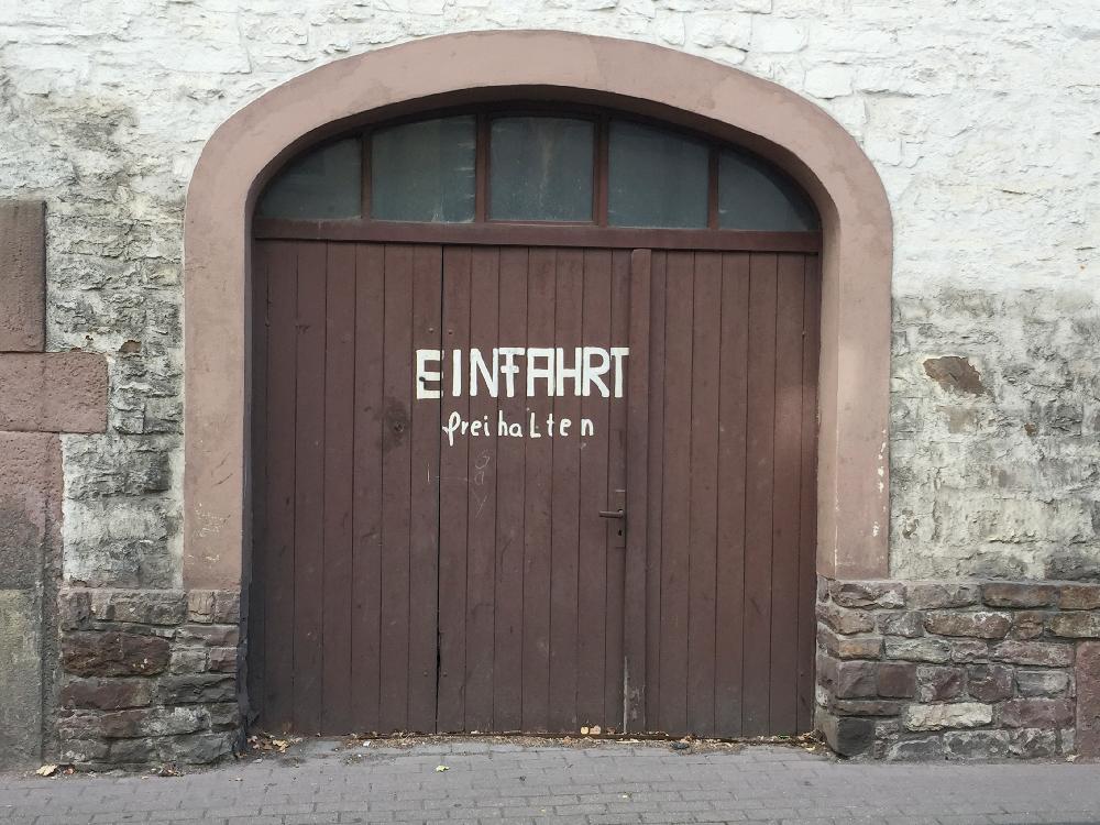 Eine Tür mit der Aufschrift Einfahrt freihalten