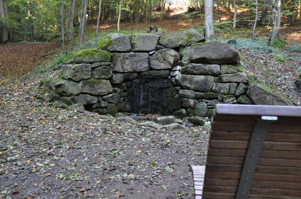 Schwalenberg: Eine Quelle in einem Berghügel.