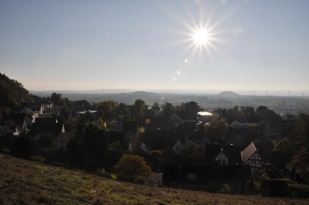 Schwalenberg: Häuser über gleißendem Sonnenlicht