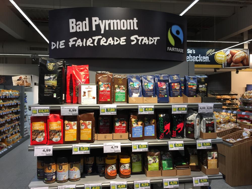 Ein Regal in einem Lebensmittelgeschäft ist mit Fairtrade-Produkten bestückt.