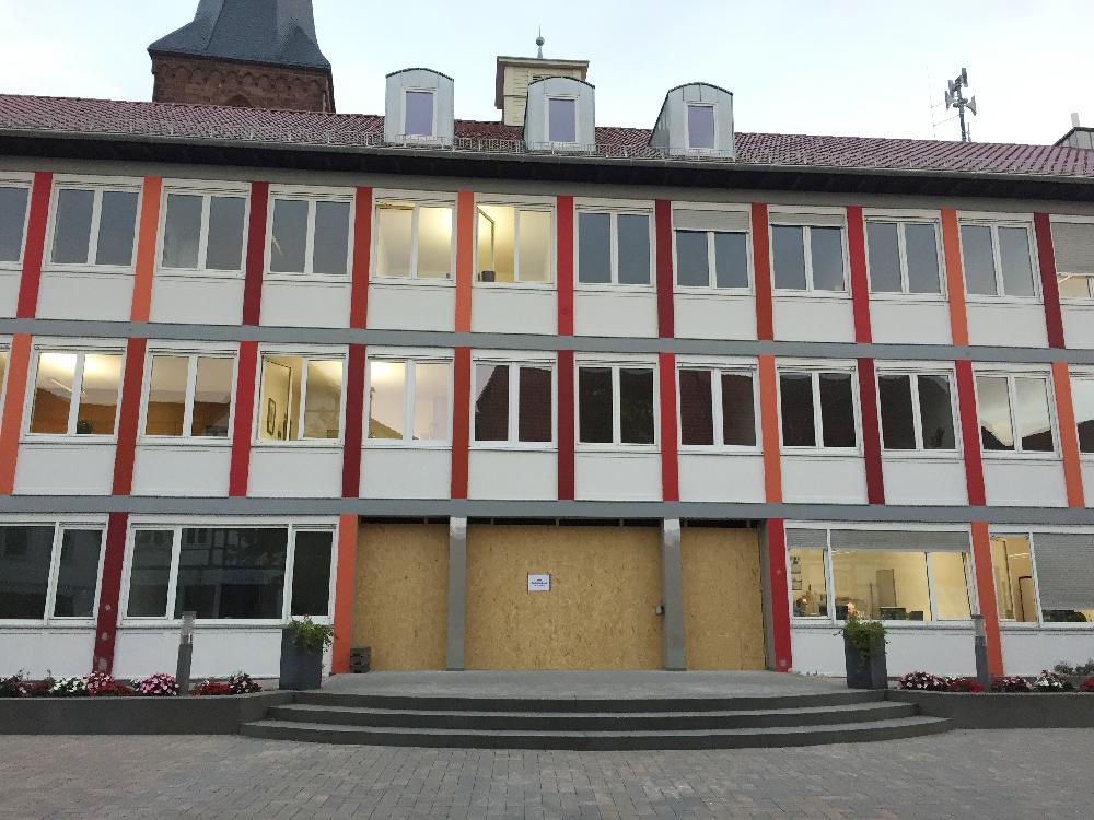 Der Haupteingang vom Rathaus Lügde ist verbrettert