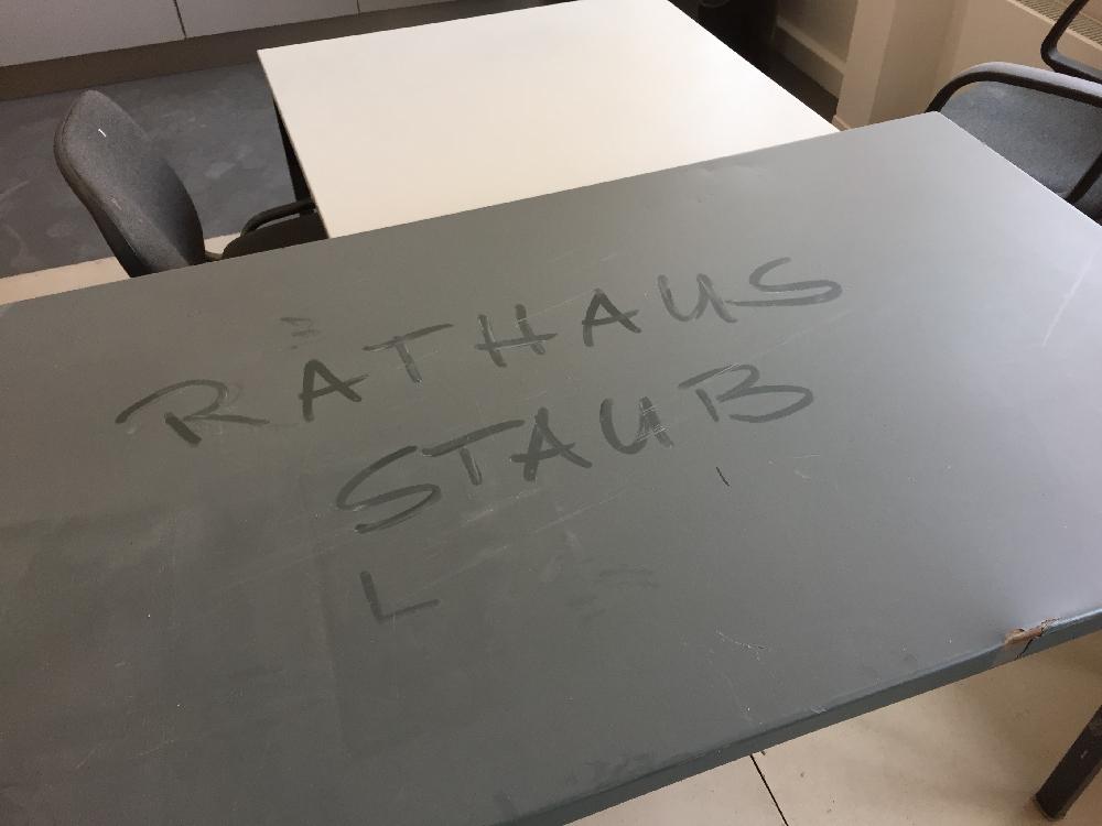 In den Staub auf einem Tisch wurde Rathausstaub geschrieben