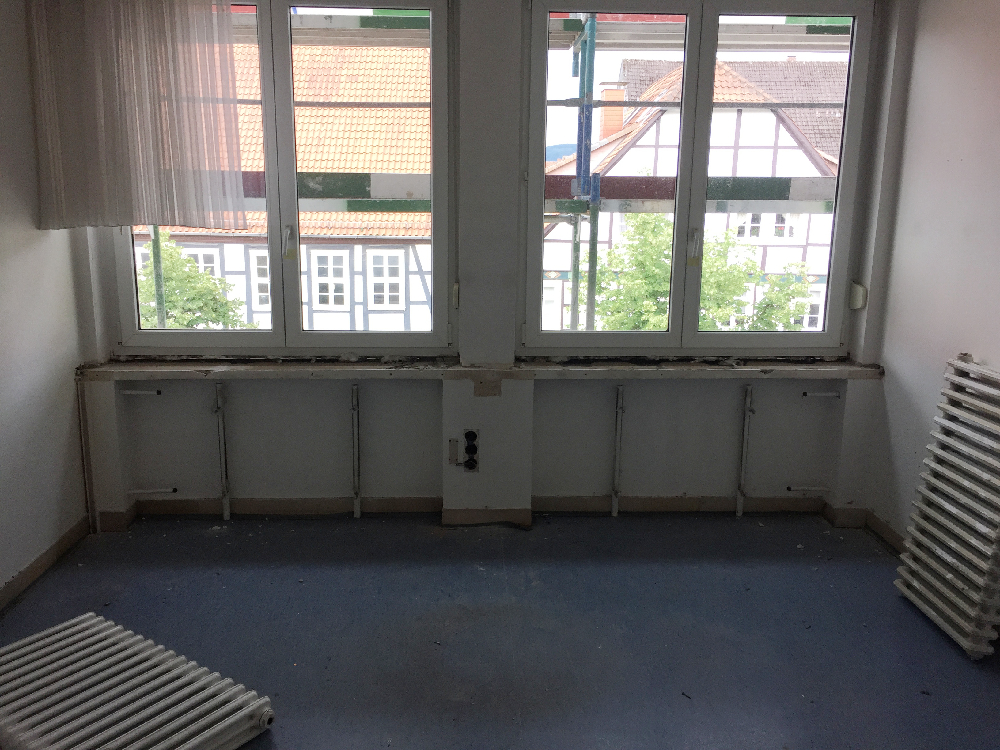 Ein leerer Raum in dem zwei Heizkörper liegen