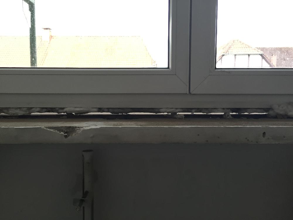 Blick unterhalb eines Fensterrahmens in Höhe Fensterbank
