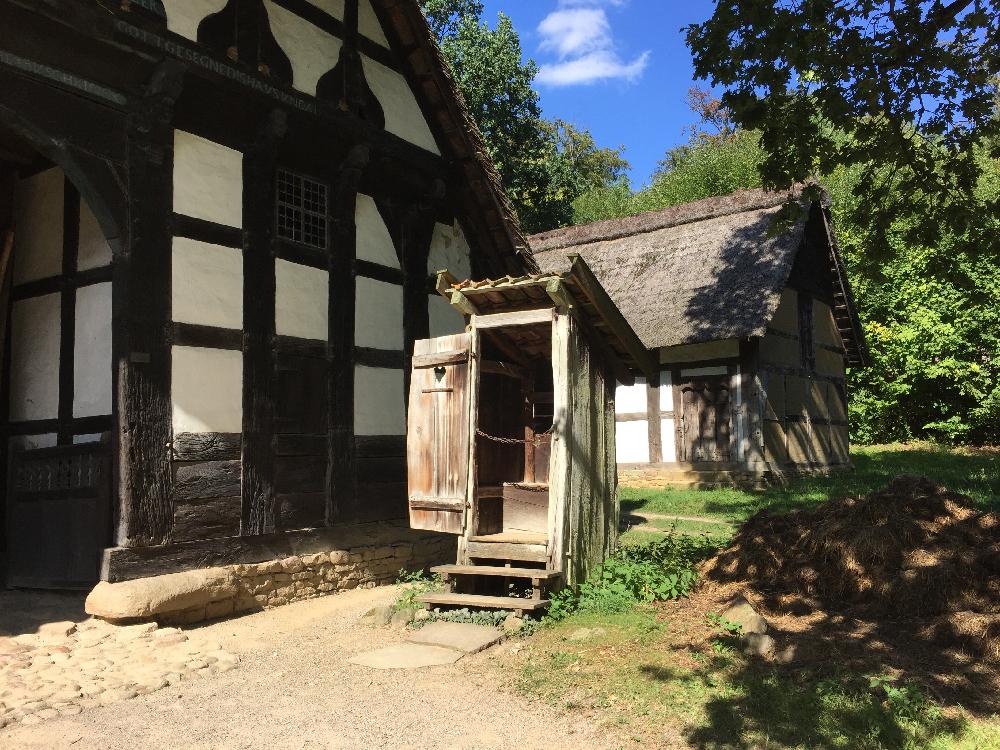 Fachwerkgebäude mit Außentoilette