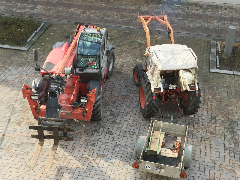 Ein Kran und ein Traktor