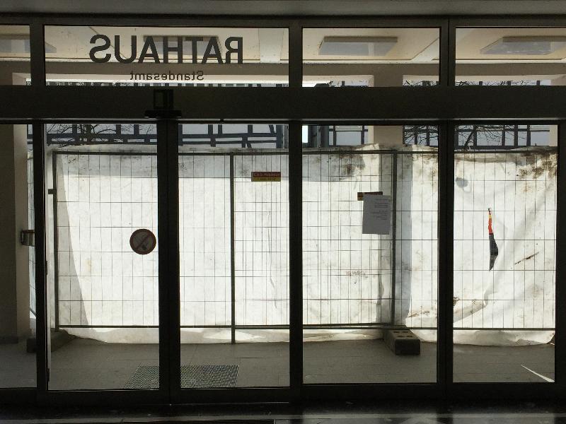 Der Haupteingang vom Rathaus Lügde mit Planen geschützt