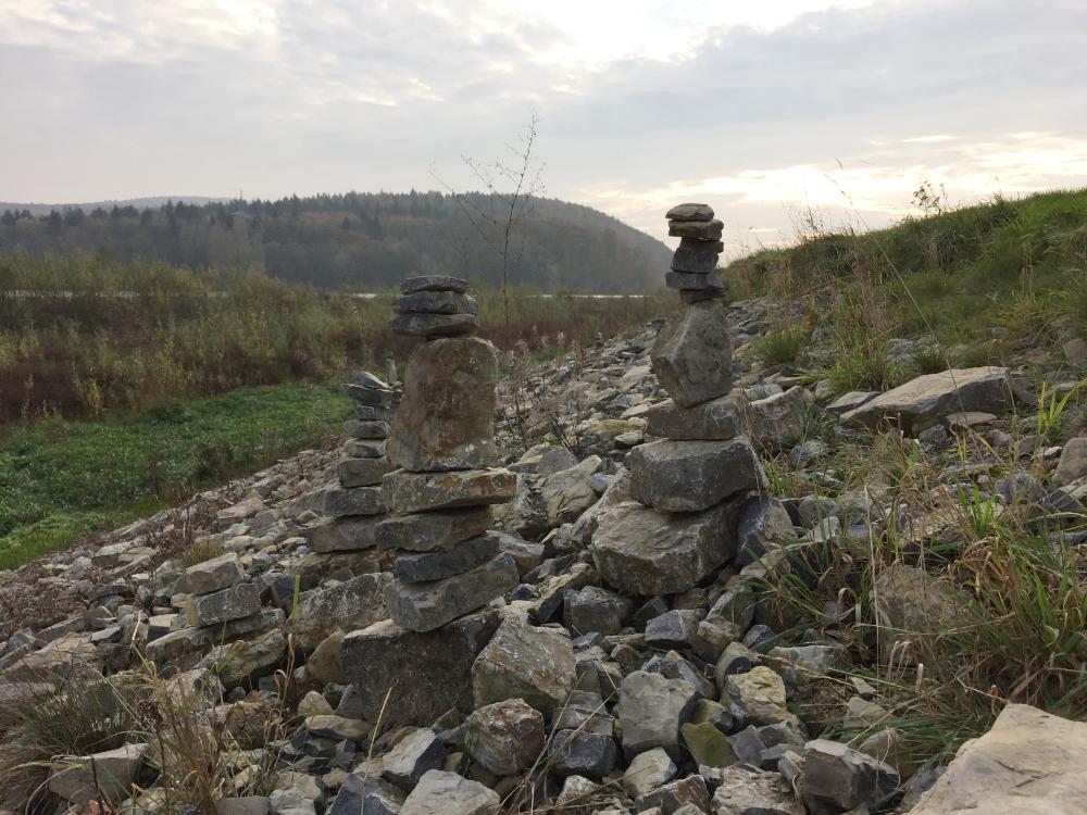 Kleine Türme mit übereinander gestapelten Steinen