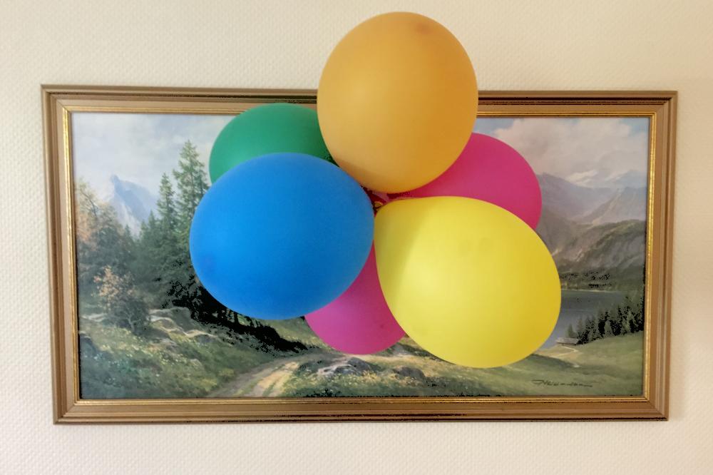 Luftballons vor einem Ölgemälde