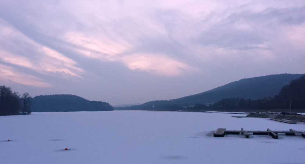 Der Schiederssee im Winter, zugefroren, mit Schnee bedeckt