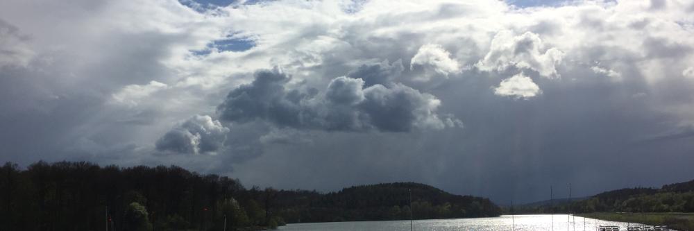 Dunkle Wolken über dem Schiedersee
