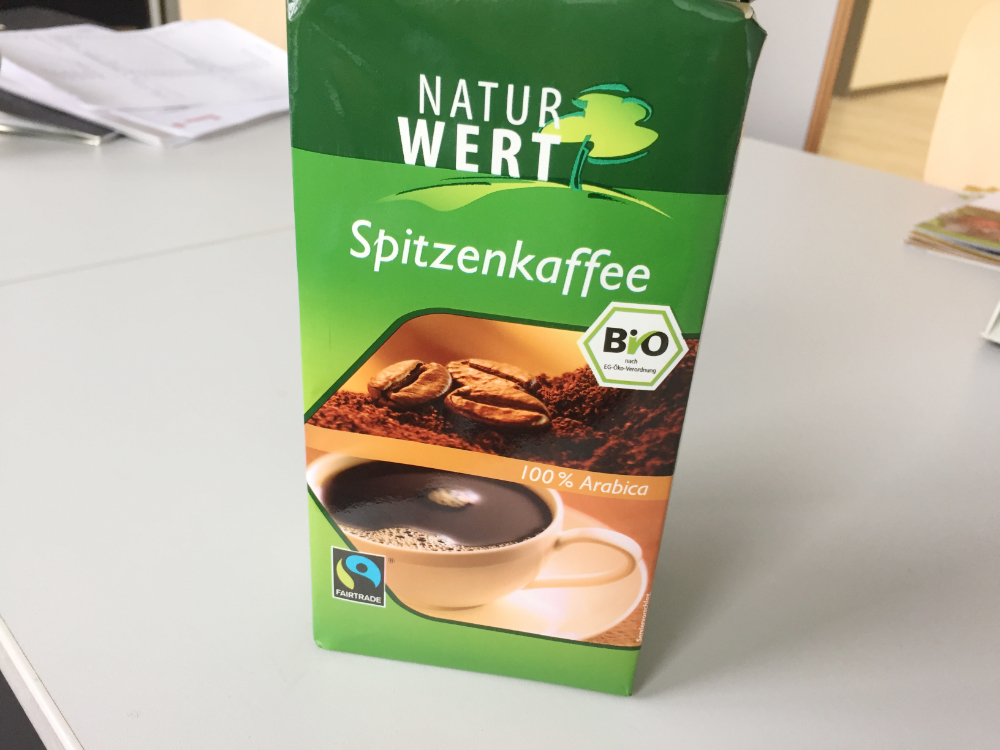 Eine Packung Kaffee mit dem Fairtrade-Siegel