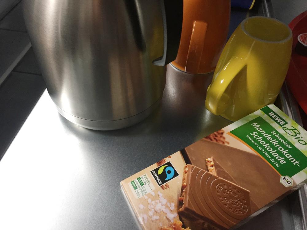 Mehrere Gegenstände und eine Tafel Scholkolade mit dem Fairtrade-Siegel