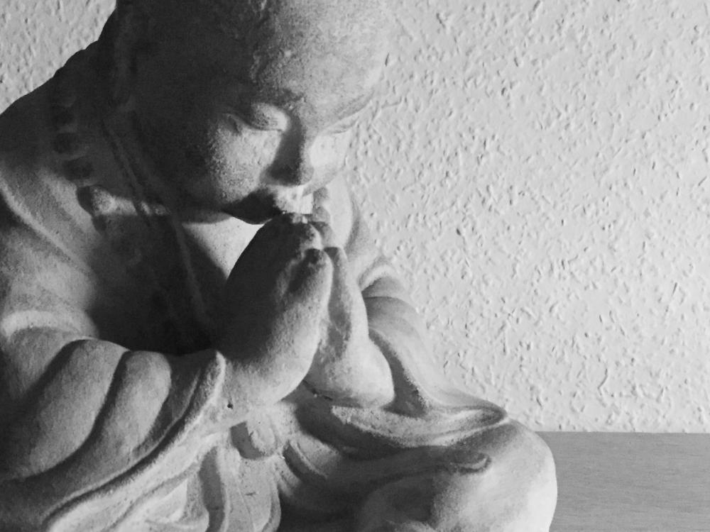 Ein Mönch mit Namaste-Haltung