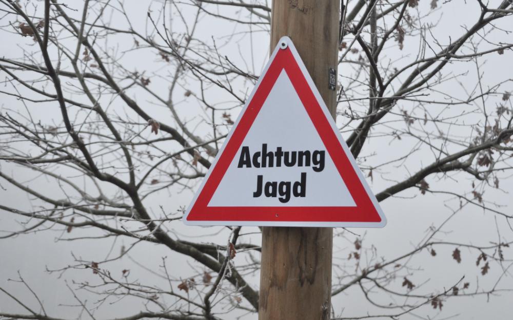 Ein Schild mit der Aufschrift: Achtung Jagd