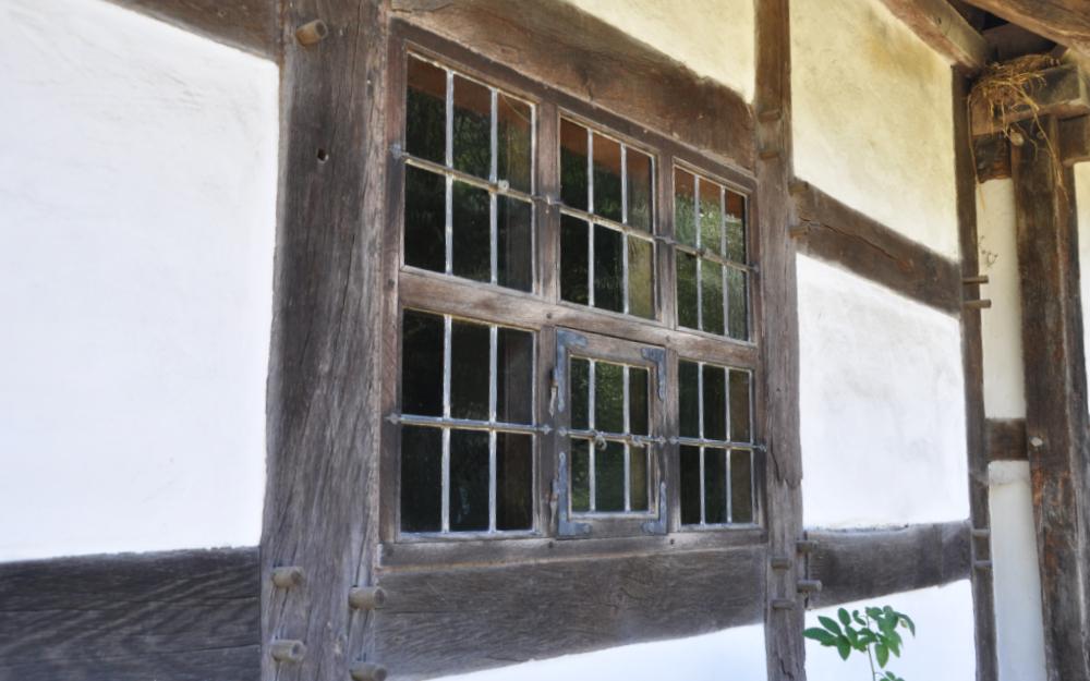 Ein Fenster in einem Fachwerkgebäude