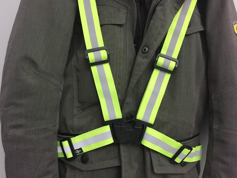 Eine Jacke mit Reflektorbänder