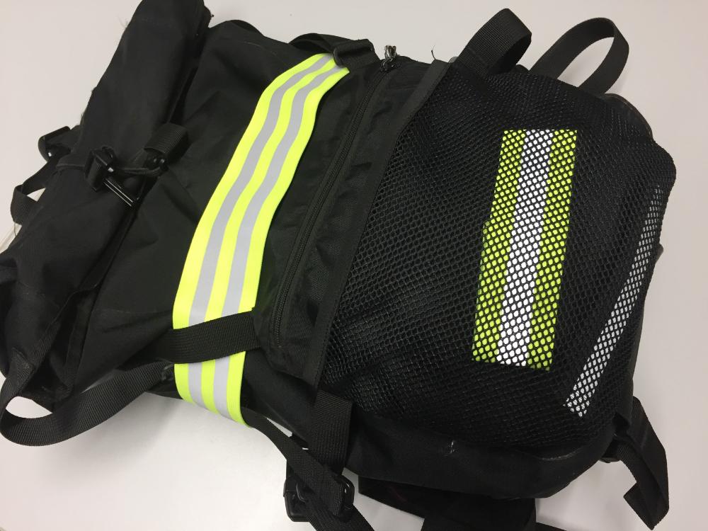 Ein Rucksack mit Reflektorbänder