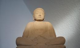 Eine Steinfigur die Buddha darstellt