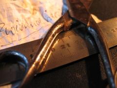 Eine Schere, ein Lineal, ein zerknüddelter Zettel mit dem Wort Zweiundvierzig